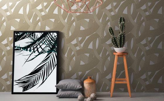 Moderner Raum mit Vliestapete im Art-Deco Stil, Gold, Dekokisssen, Blumenbank, Kaktus
