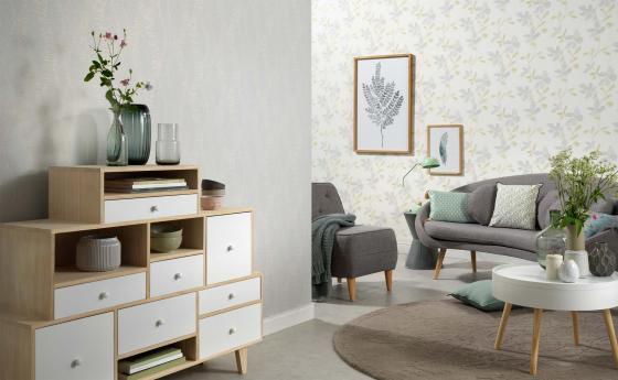 Moderner Wohnraum mit Blumentapete in Grün und Silber.