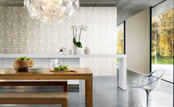 Modernes Wohnzimmer mit Tapete in Creme und Gold