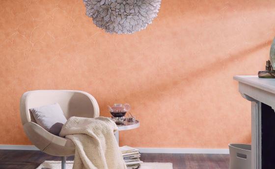 Vliestapete mit elegantem Marmor-Motive und metallsichen Effekten in einem frischen Apricot
