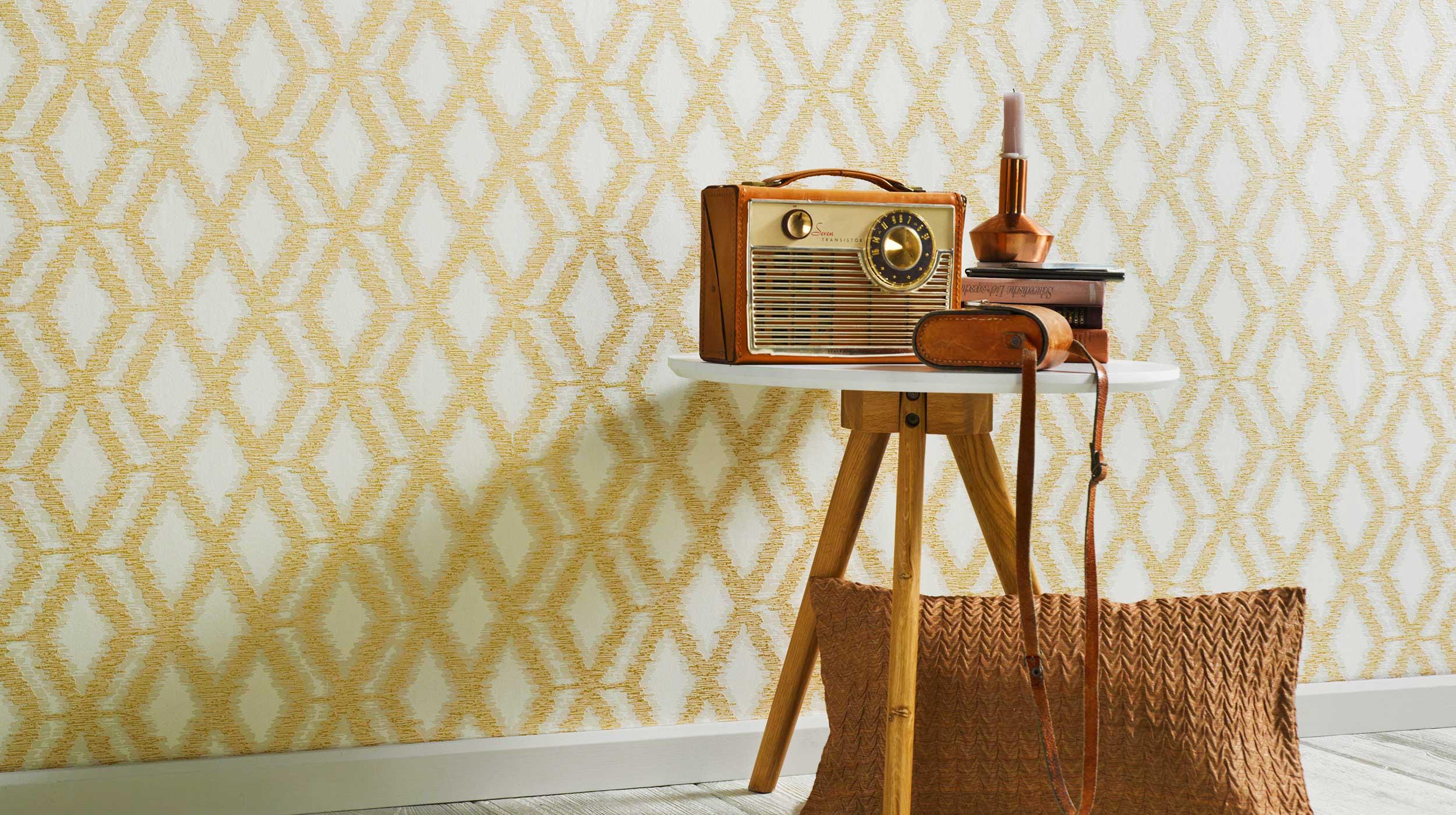 Tapete im Ethno-Style mit Rautenmuster in Gold, Beistelltisch, altes Radio