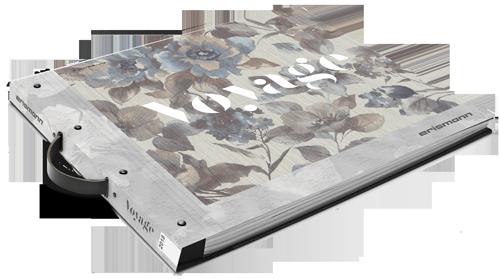 Tapeten-Musterbuch der Kollektion Voyage mit Blüten in Blau-Grau