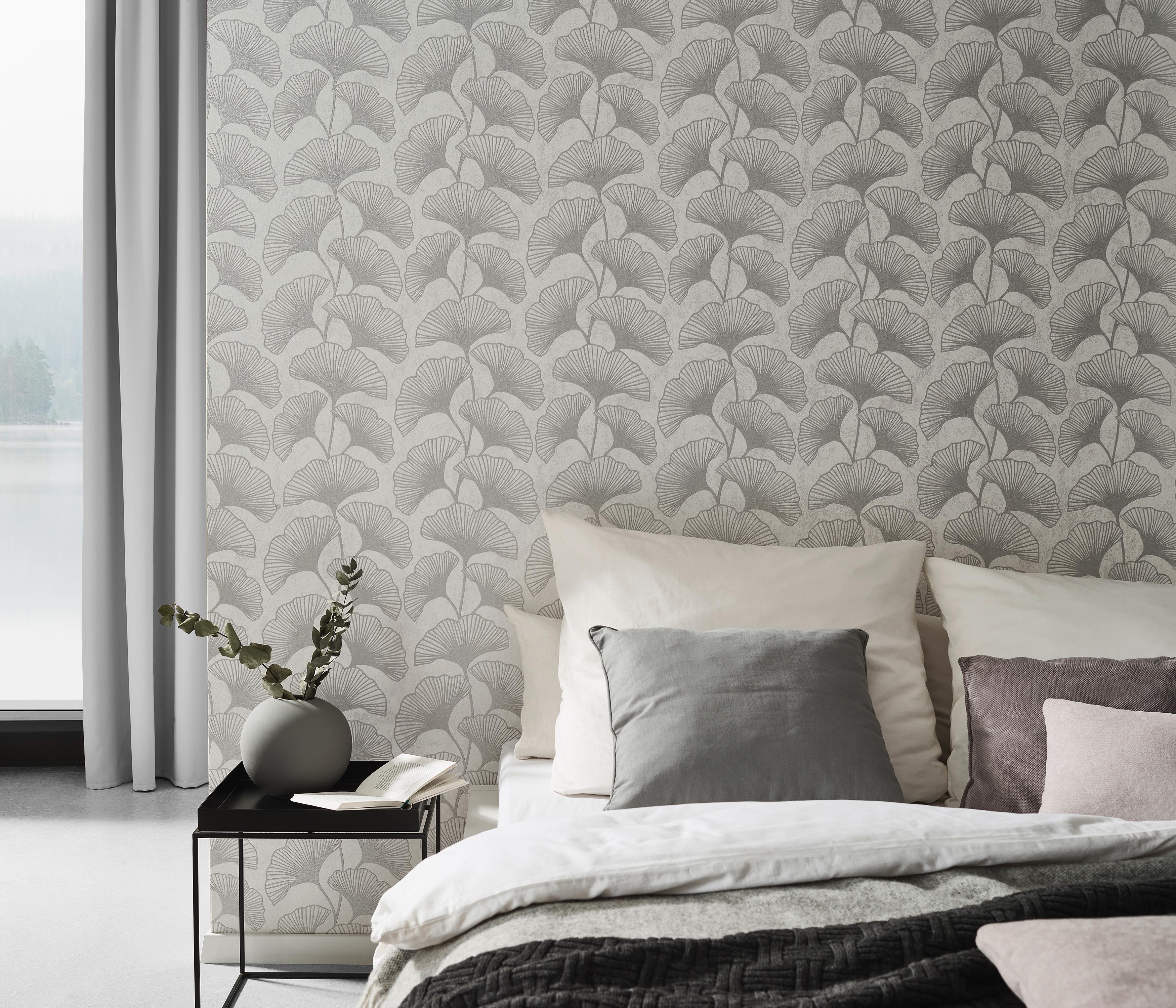 Vliestapete für Schlafzimmer, elegantes Ginko-Muster in greige mit edlen Glimmereffekten