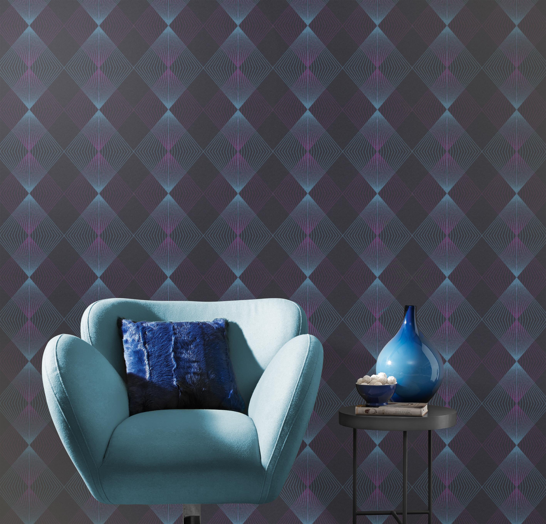Sitzecke mit blauem Sessel und Vliestapete mit Rautenmuster in vibrierenden Blau- und Lilatönen