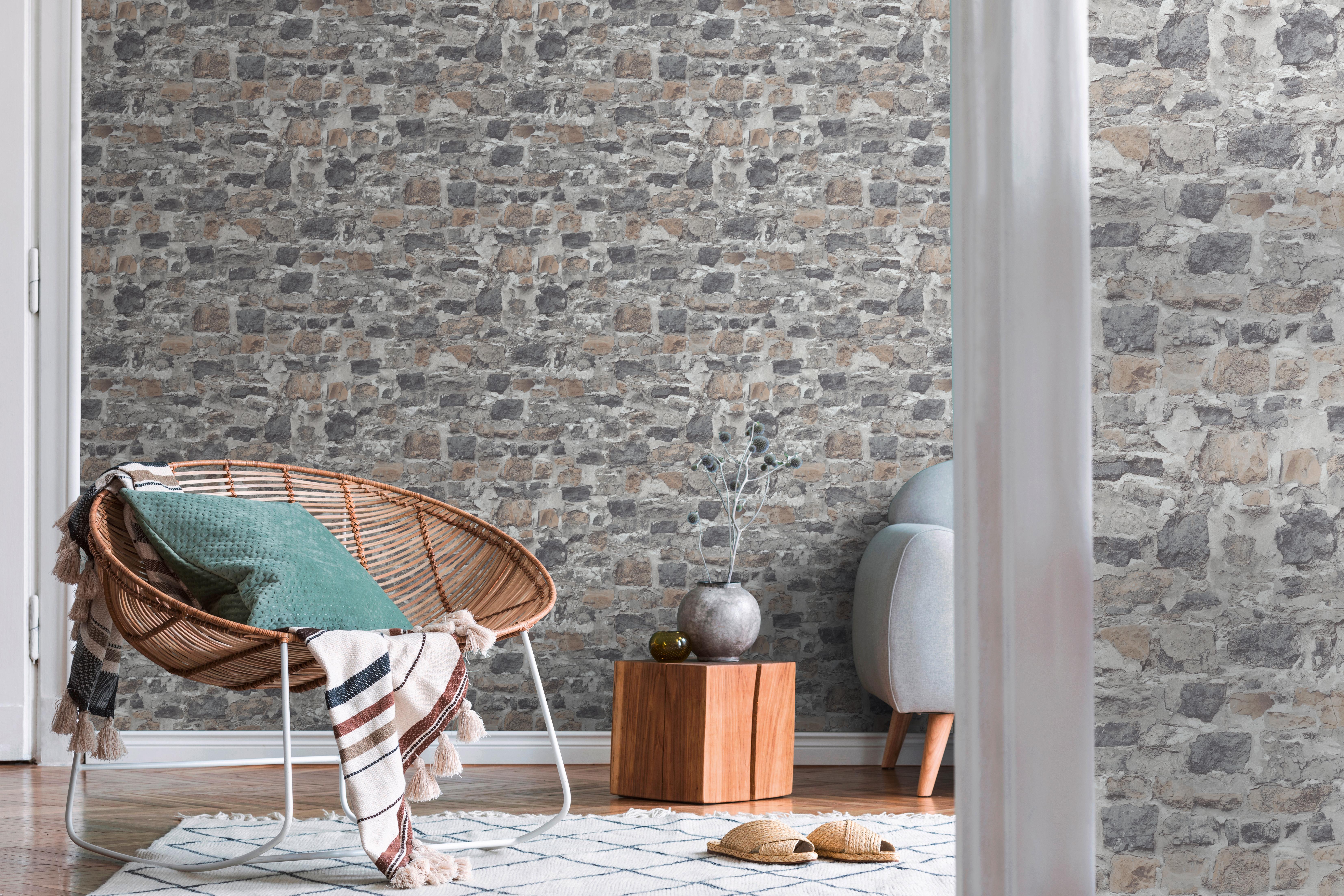 Wohnraum mit Korbsessel und Steintapete