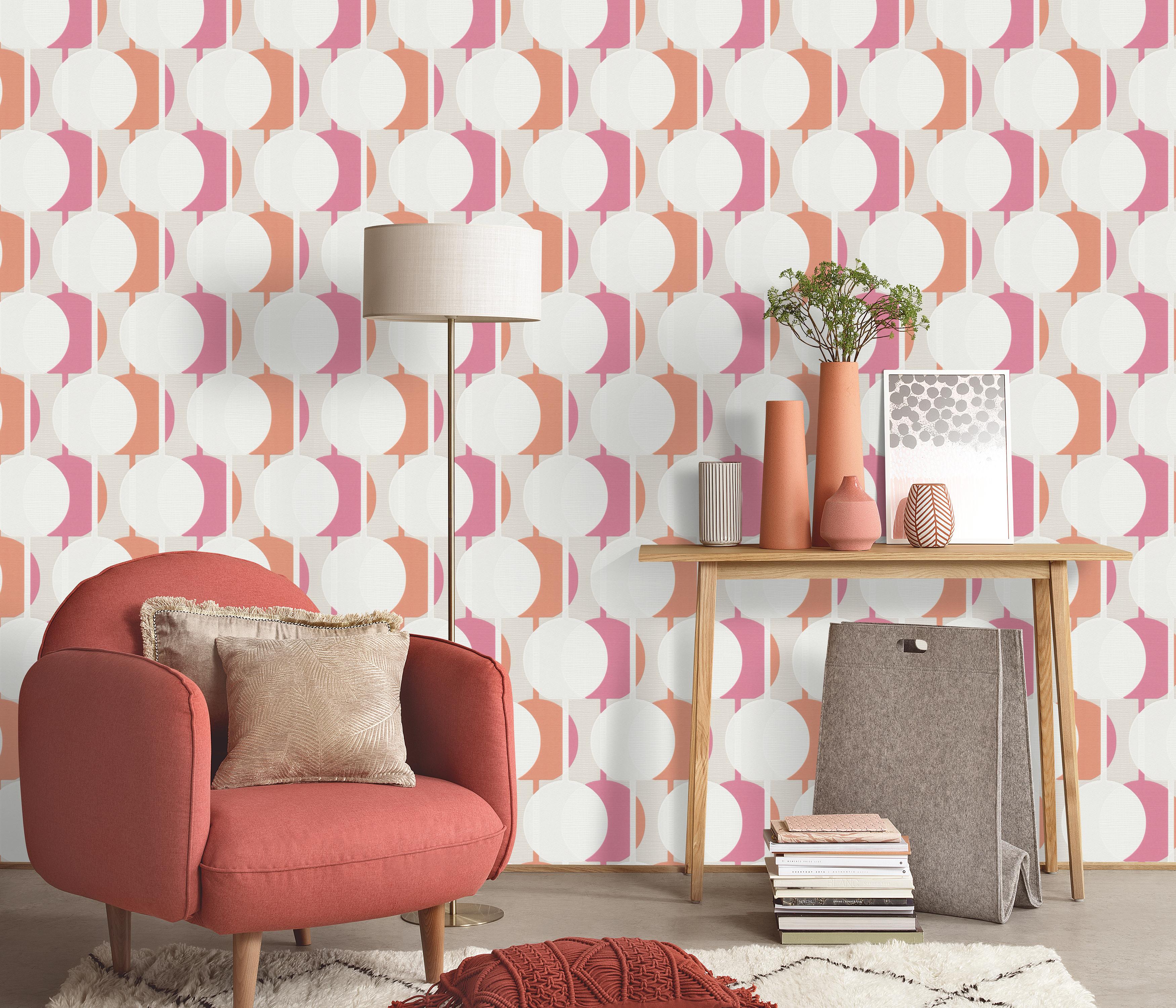 modernes Wohnzimmer mit Retro-Tapete in orange-rosa