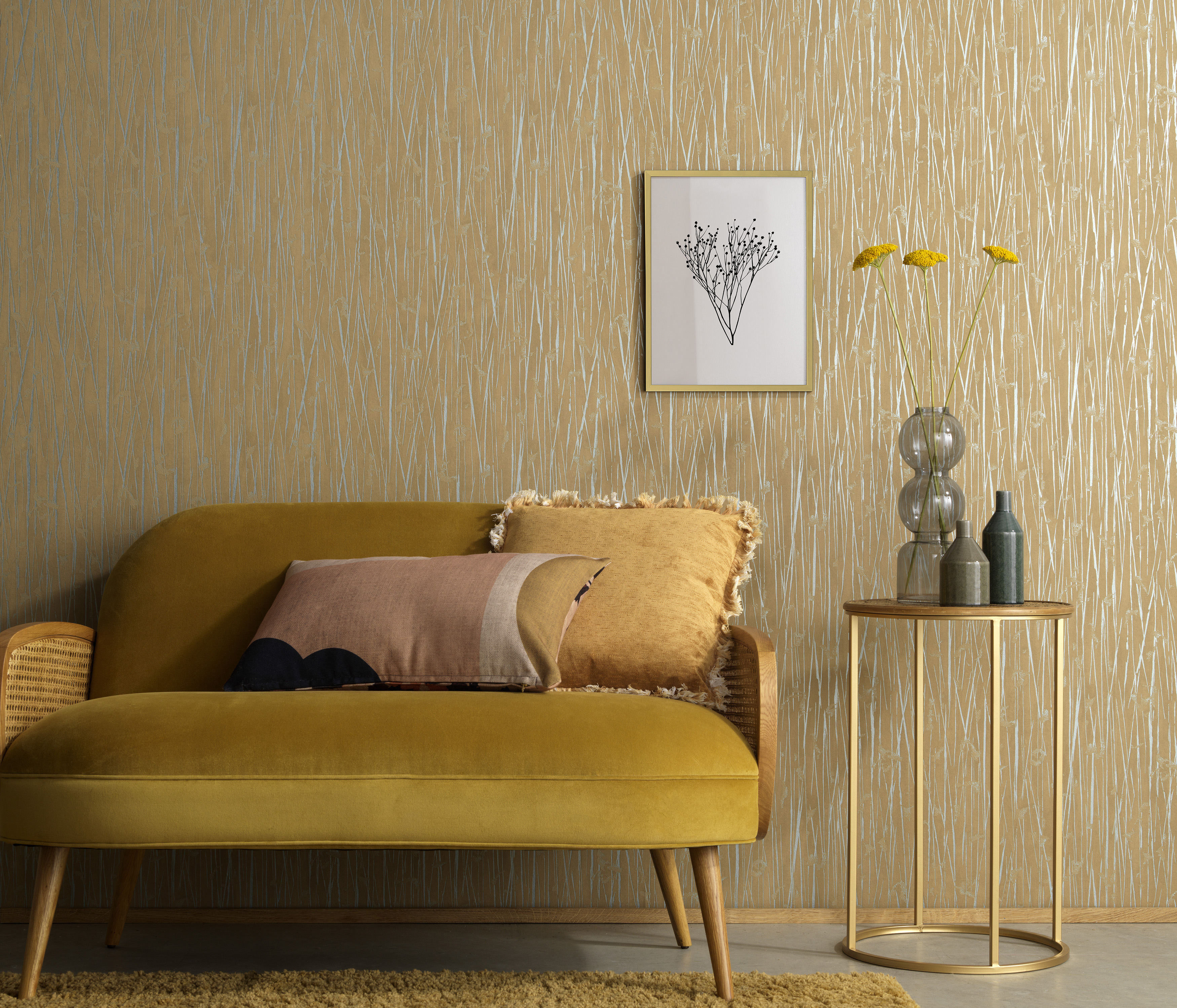 braune Vliestapete mit Grasmotiv, gemütliche Couch