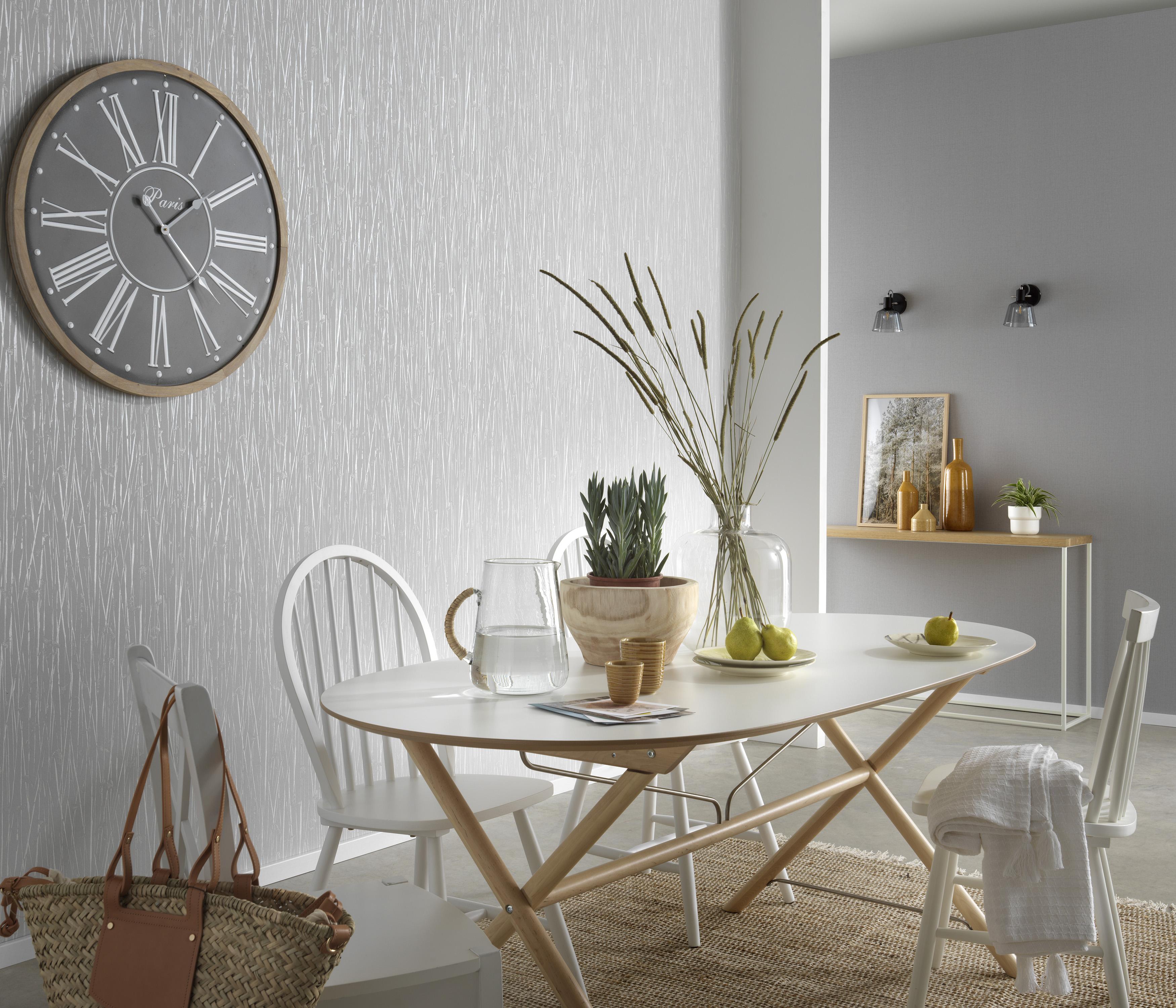 graue Vliestapete mit Grasmotiv, Esstisch und Dekoration im Boho-Look