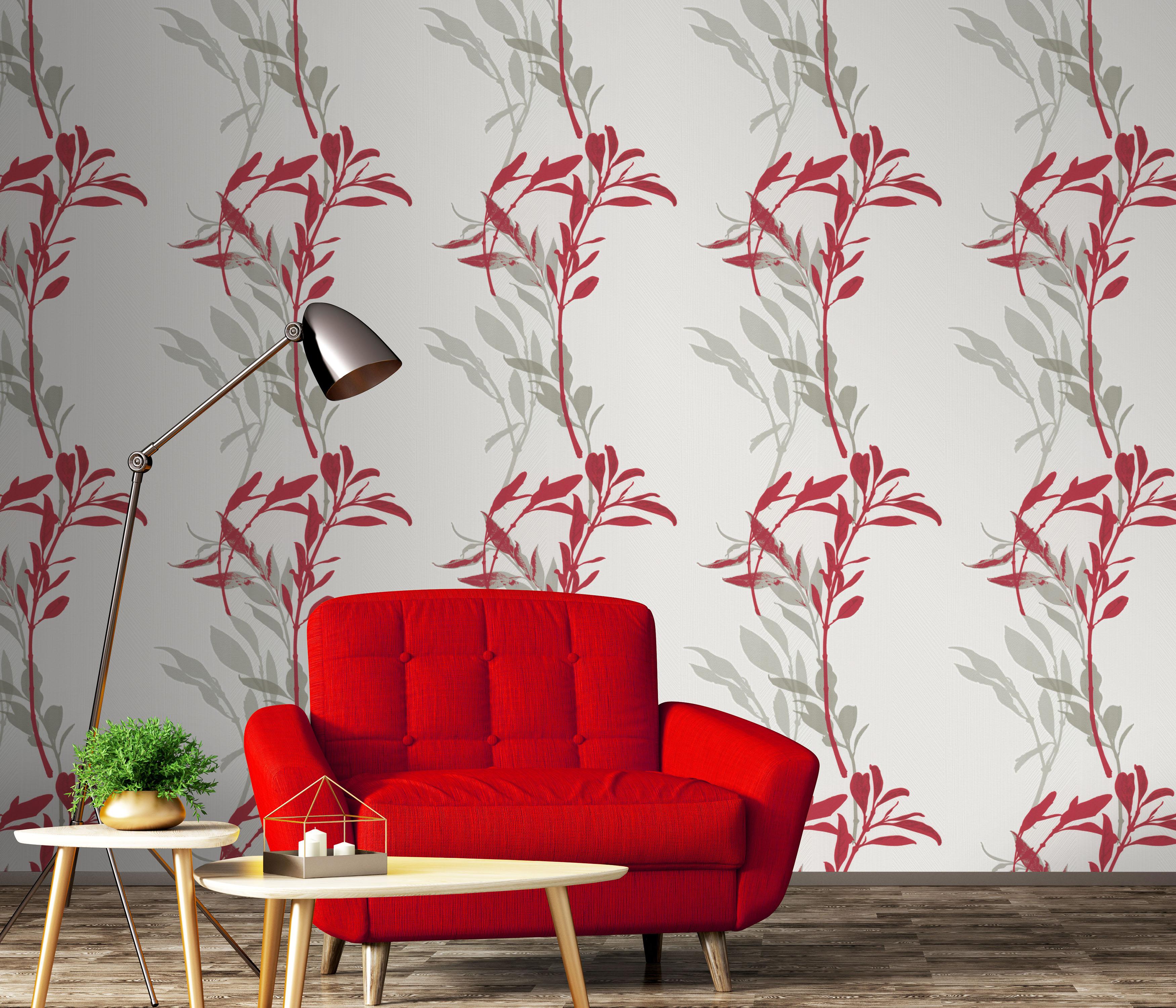 helle Vliestapete mit rotem Blumenmuster, roter Sessel