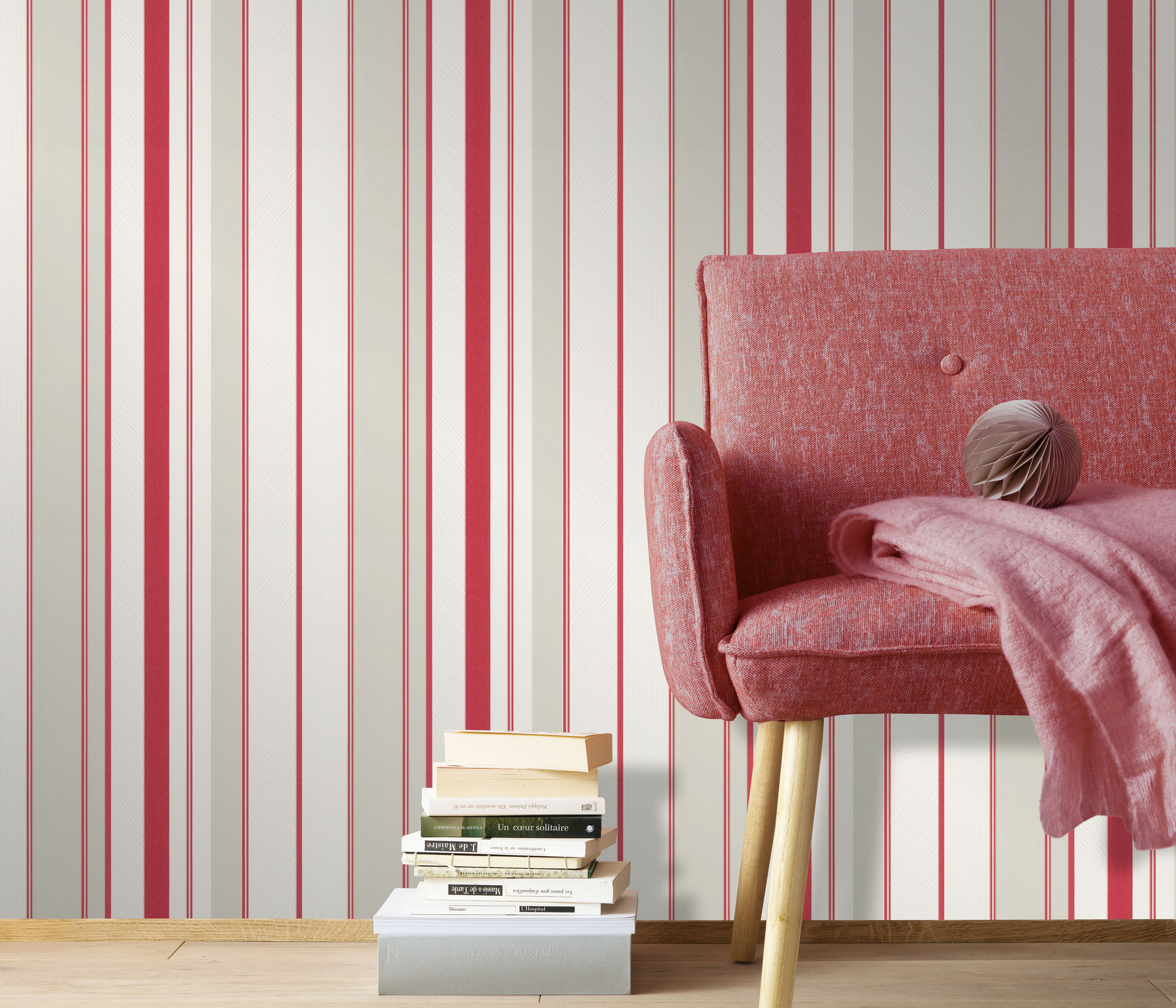 helle Vliestapete mit roten Streifen, roter Sessel